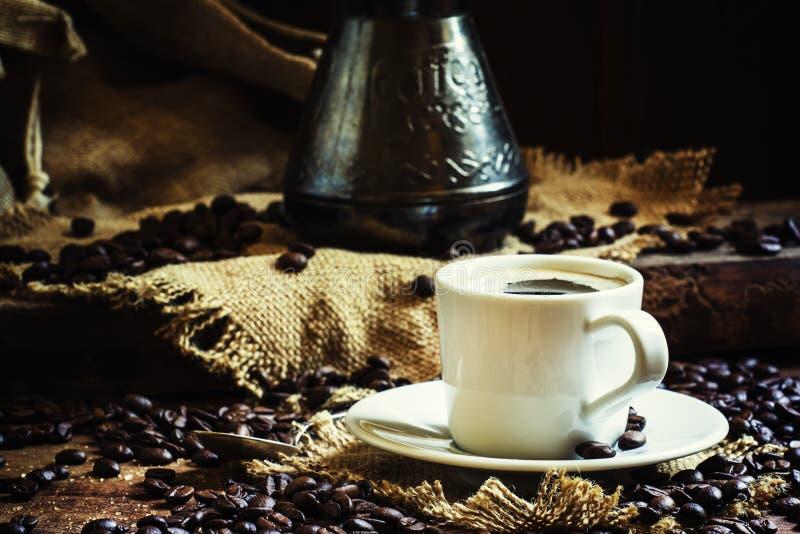 Tasse blanche de café noir avec la mousse, fabricant de café turc sur images stock