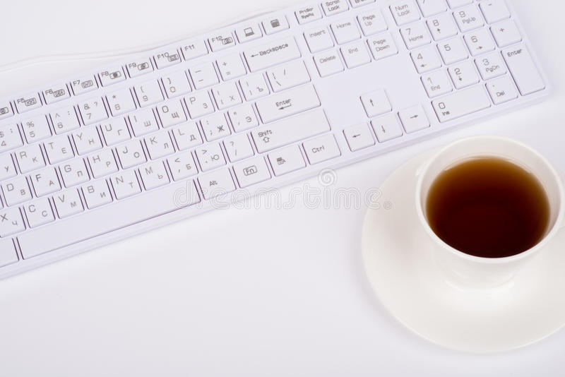 Tasse blanche de clavier et de café, vue supérieure image stock