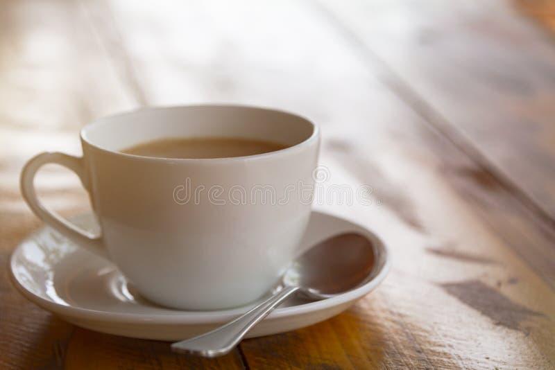 Tasse blanche de masala indien traditionnel de thé avec le sauser photo stock