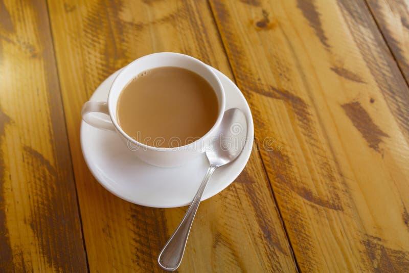 Tasse blanche de masala indien traditionnel de thé avec le sauser images libres de droits