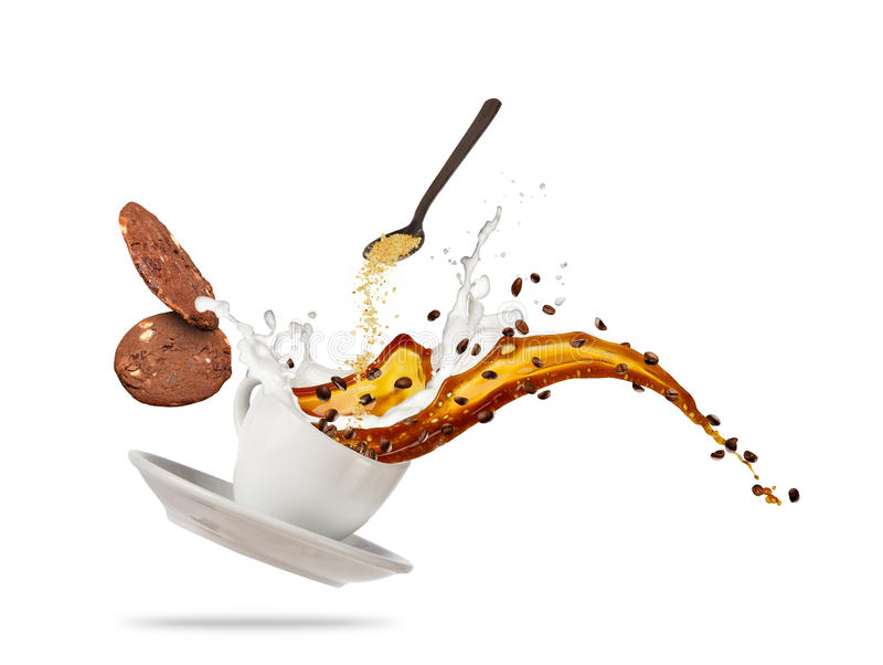 Tasse blanche de Porcelaine avec éclabousser le liquide et les biscuits de café d'isolement sur le fond blanc image stock