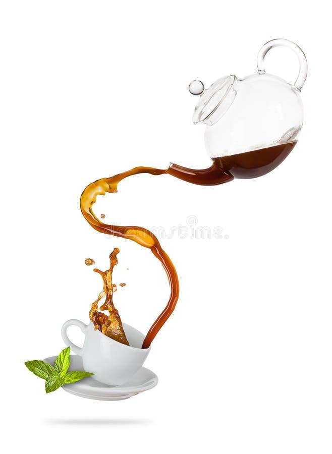 Tasse blanche de Porcelaine avec éclabousser le thé, séparé sur le dos de blanc image stock