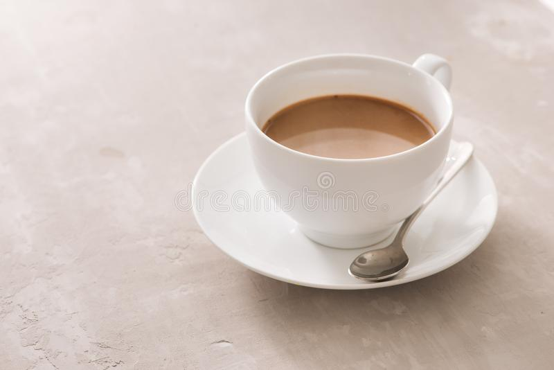 Tasse blanche de porcelaine de thé au lait sur un fond simple photos libres de droits
