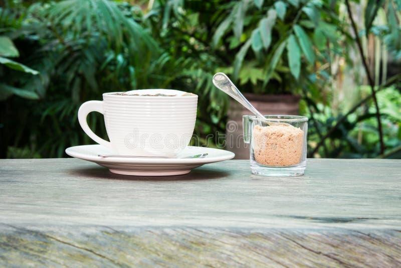 Tasse blanche de sucre de café et de canne photos libres de droits