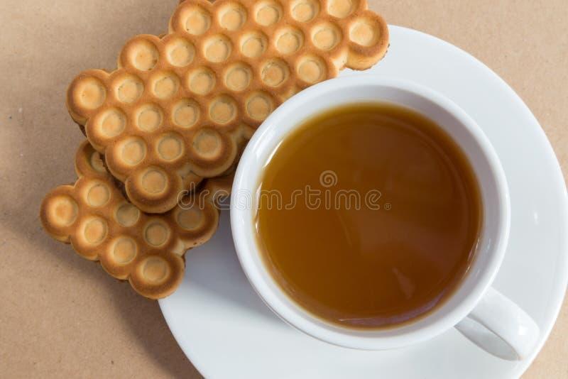 Tasse blanche de thé avec des biscuits photographie stock