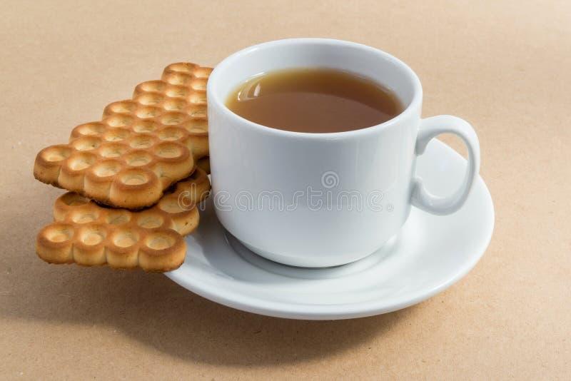 Tasse blanche de thé avec des biscuits photos stock
