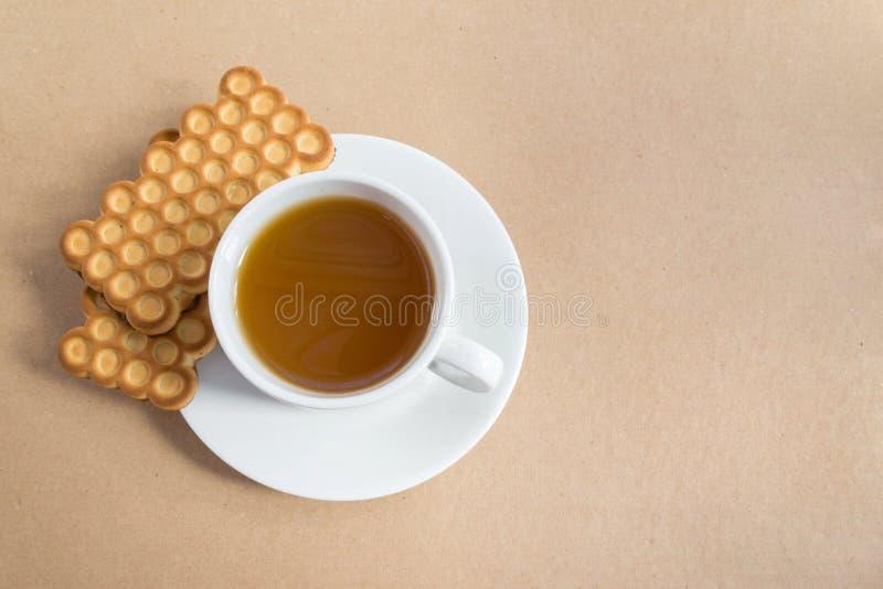 Tasse blanche de thé avec des biscuits image stock