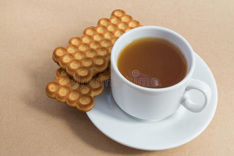 Tasse blanche de thé avec des biscuits images stock