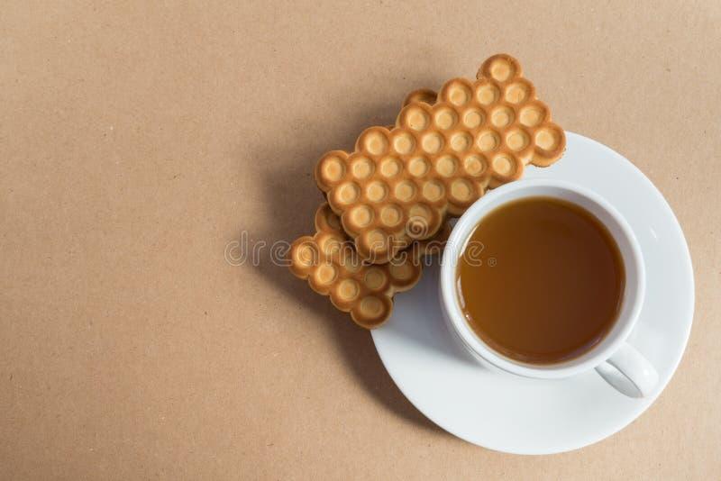 Tasse blanche de thé avec des biscuits photographie stock libre de droits