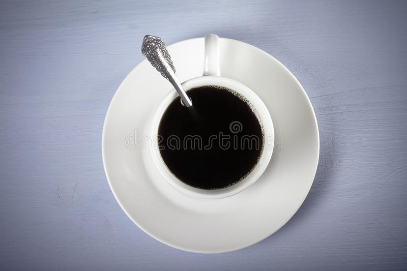 Tasse blanche de thé sur la table en bois bleue toned photo stock