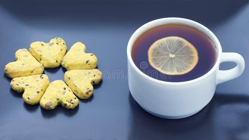Tasse blanche de th? avec le citron et les biscuits Nourriture de dessert images libres de droits