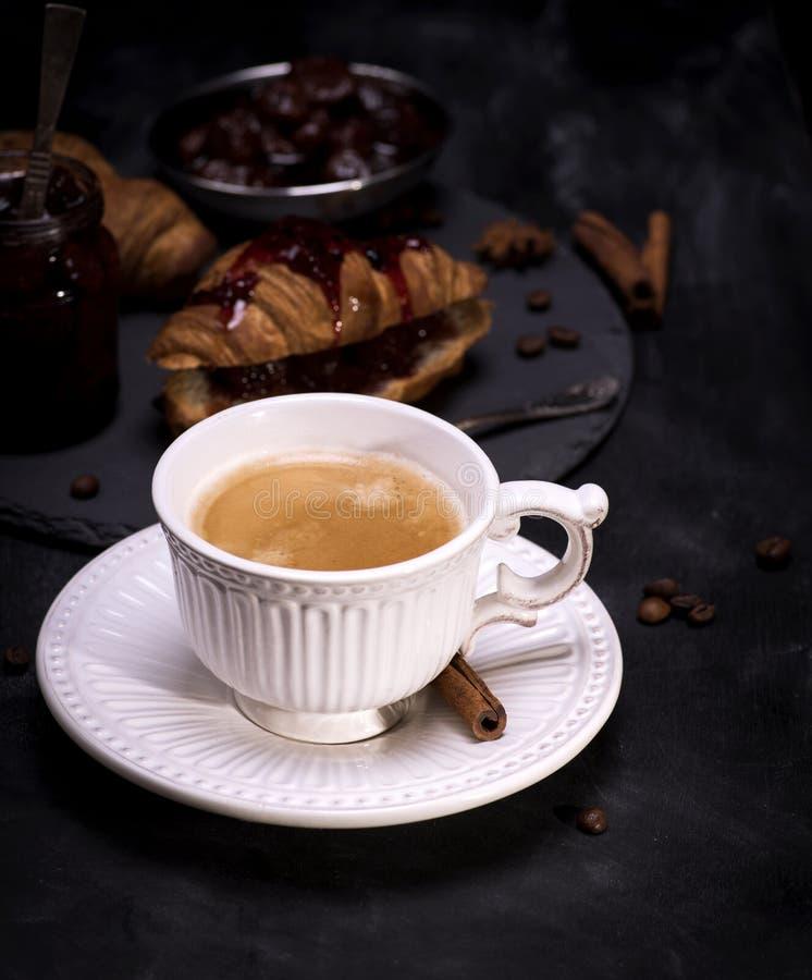 Tasse blanche en céramique avec du café noir image libre de droits