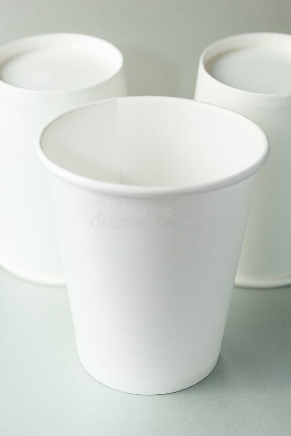 Tasse blanche vide de café, de thé ou de jus sur le fond gris d'isolement, maquette images stock