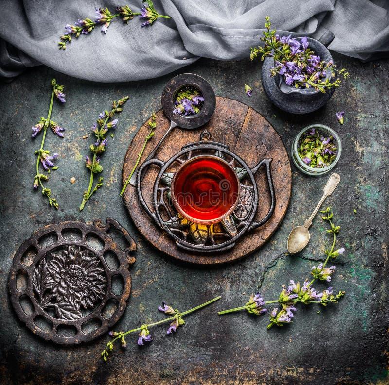 Tasse calmante de tisane avec les ingrédients organiques les plus frais : herbes et fleurs sur le fond rustique de vintage avec d photographie stock