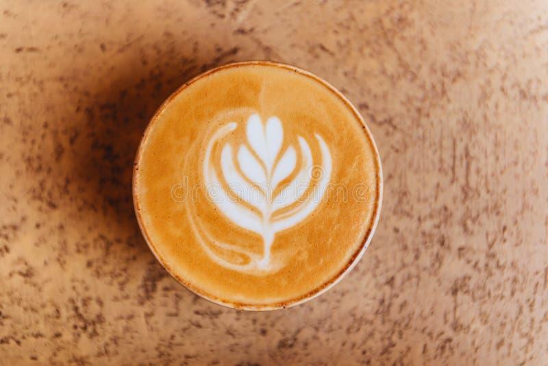 Tasse chaude de cappuccino sur le fond de table photos libres de droits