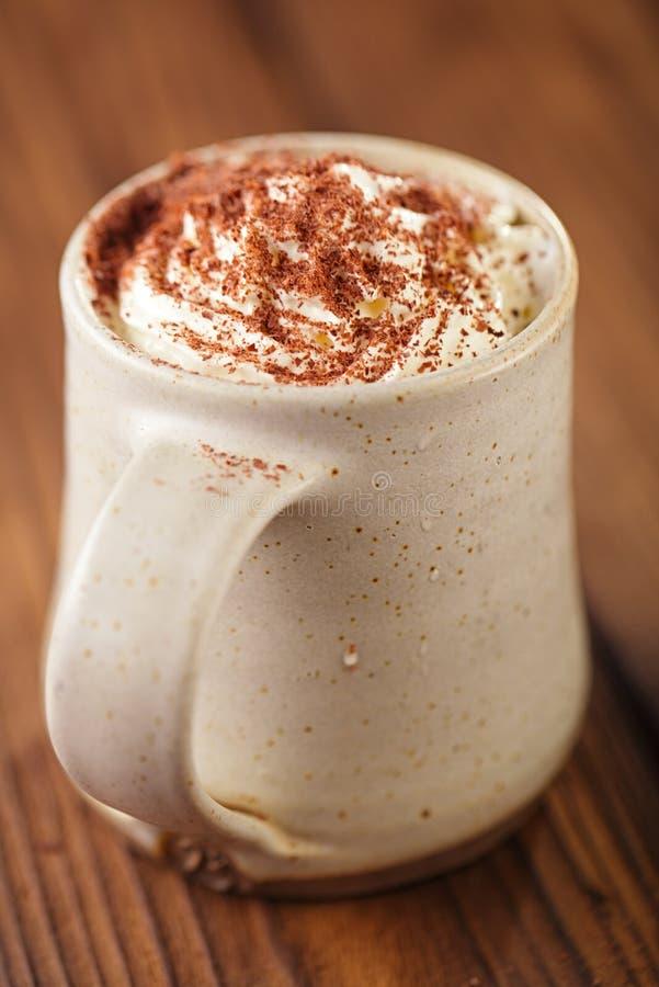 Tasse chaude de vintage de chocolat, complétant avec de la crème et le chocolat râpé photos stock