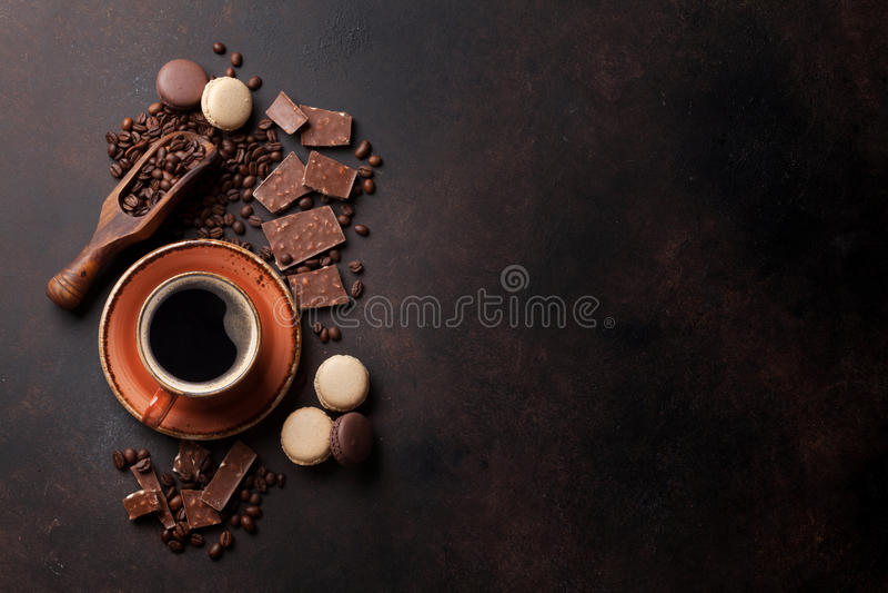 Tasse, chocolat et macarons de café sur la vieille table de cuisine images stock
