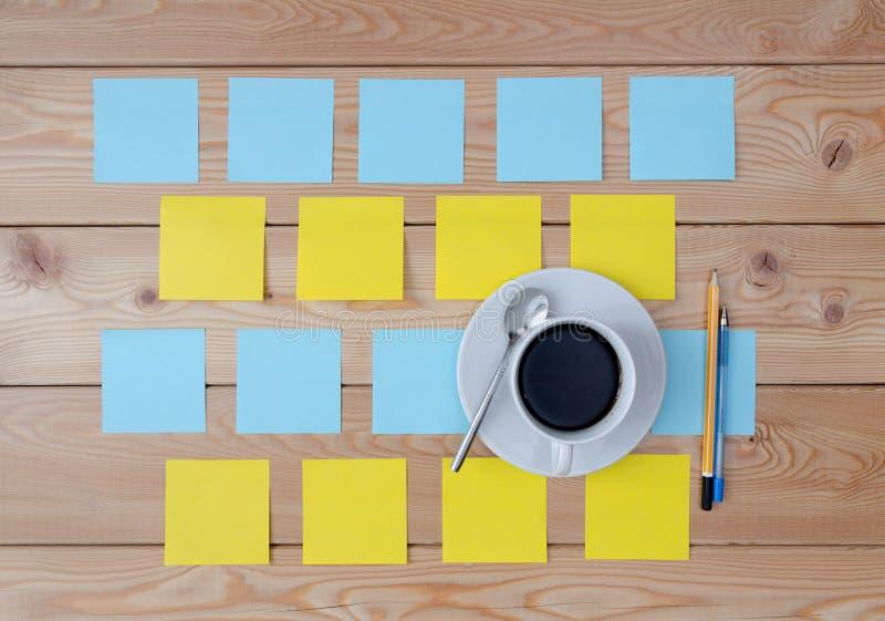 Tasse colorée d'autocollants de café et de stylo photos libres de droits