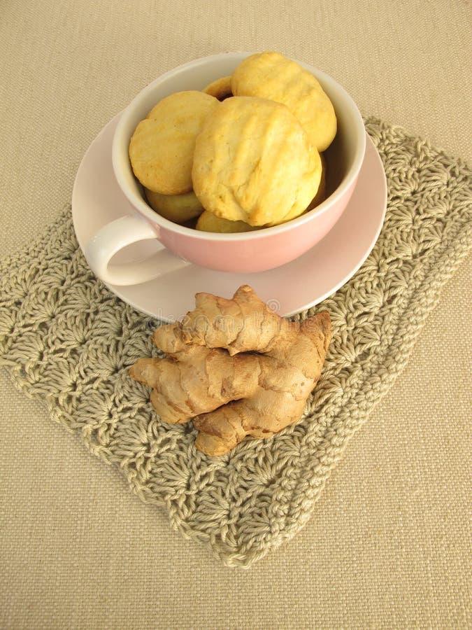 Tasse complètement avec des biscuits de gingembre photos stock