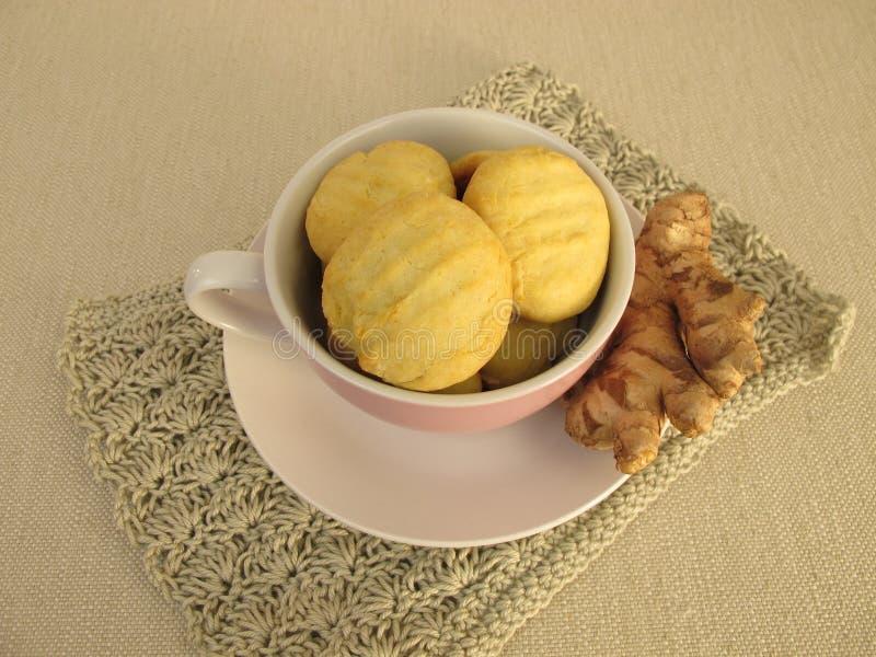 Tasse complètement avec des biscuits de gingembre photo libre de droits