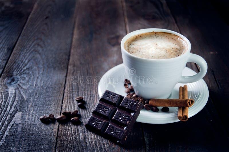 Tasse délicieuse de cappuccino avec de la cannelle et le chocolat photo libre de droits