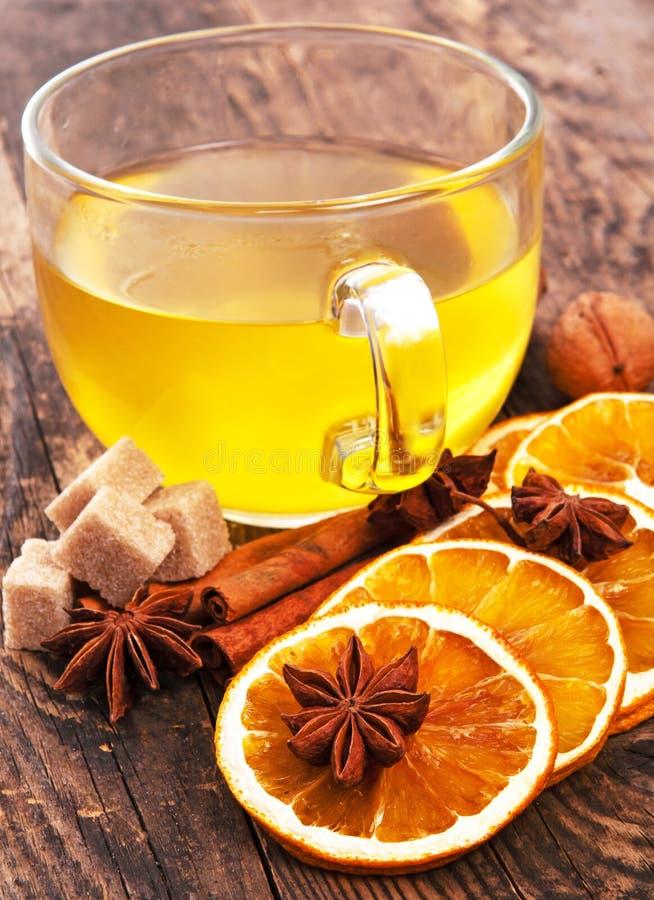 Tasse délicieuse de thé sur une table en bois rustique. photographie stock libre de droits