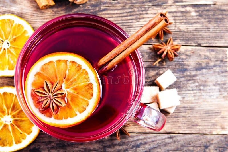 Tasse délicieuse de thé sur une table en bois rustique. images libres de droits