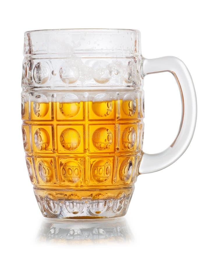 Tasse d'à moitié vide de bière d'isolement sur le fond blanc photos stock