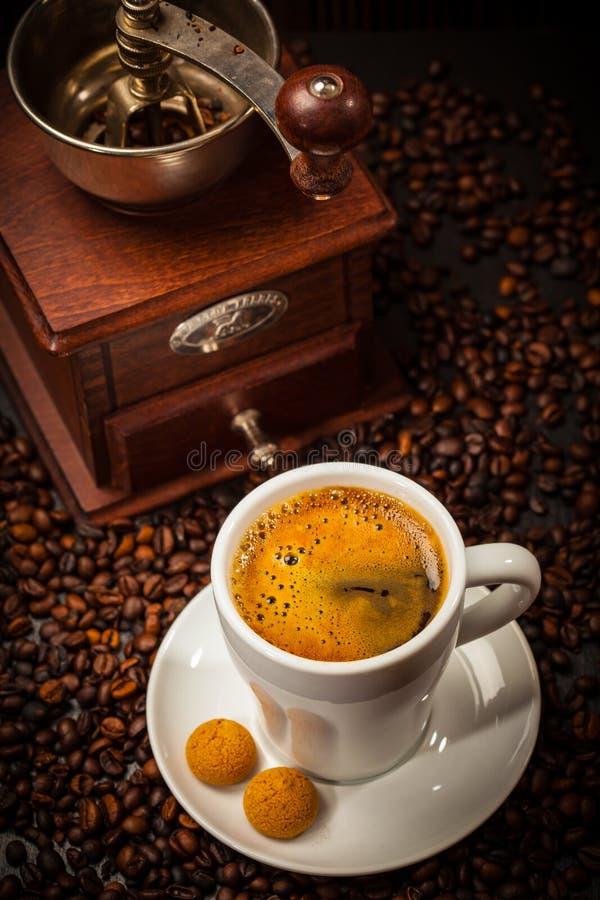Tasse d'expresso avec le moulin à café photo stock