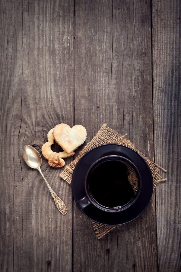Tasse d'expresso sur la table dans un biscuit de jour du ` s de Valentine de vintage photos libres de droits