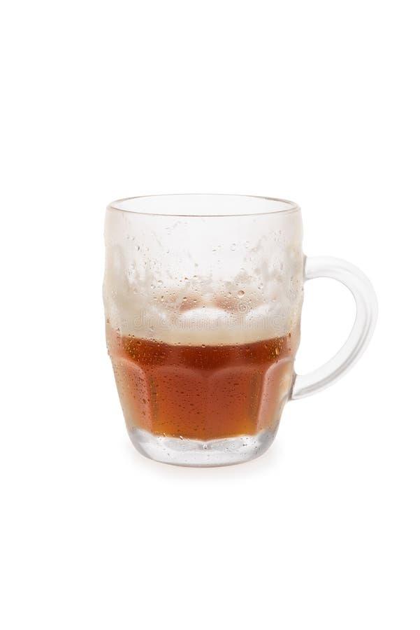 Tasse de bière brune à moitié pleine images libres de droits