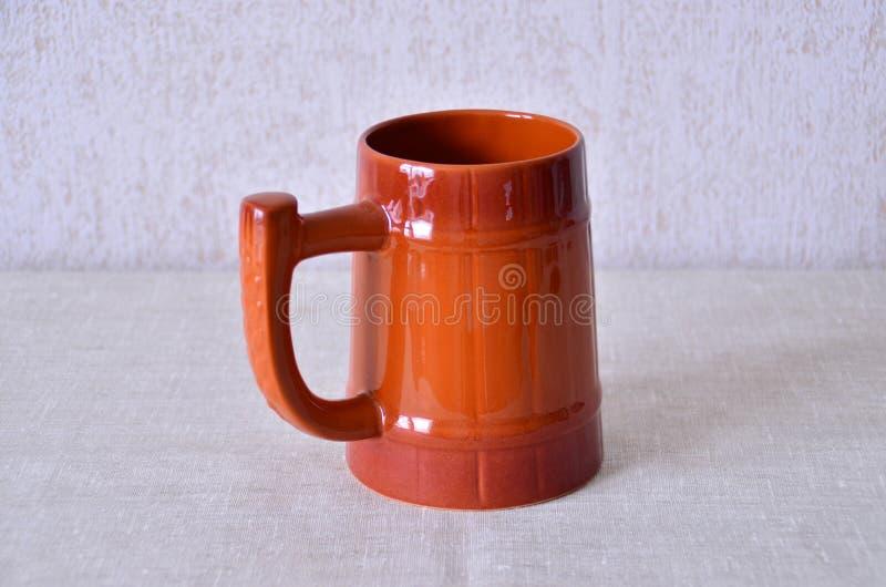 Tasse de bière en céramique images stock