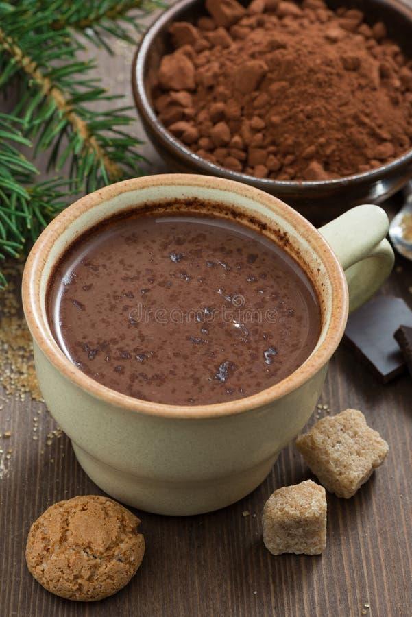 Tasse de biscuits de chocolat chaud et d'amaretti, plan rapproché photo stock