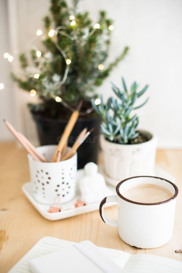 Tasse de boisson chaude d'hiver sur la table avec des détails de siège social image libre de droits