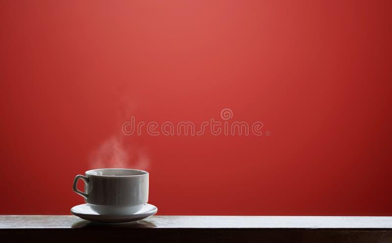 Tasse de boissons chaudes avec le courant, sur le fond rouge photo libre de droits