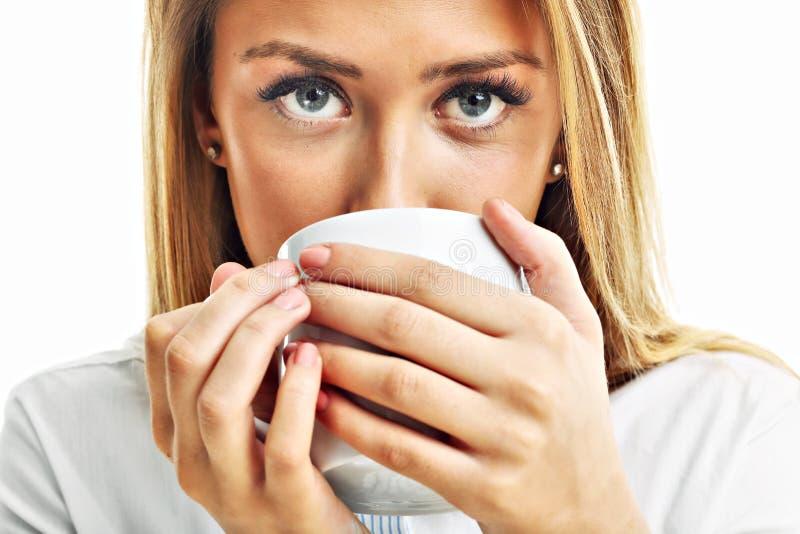 Tasse de boissons de femme adulte de café de thé d'isolement au-dessus du blanc images stock