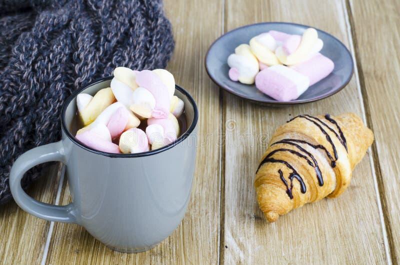 Tasse de cacao chaud avec des guimauves, écharpe chaude de laine, soirée confortable d'hiver photos libres de droits