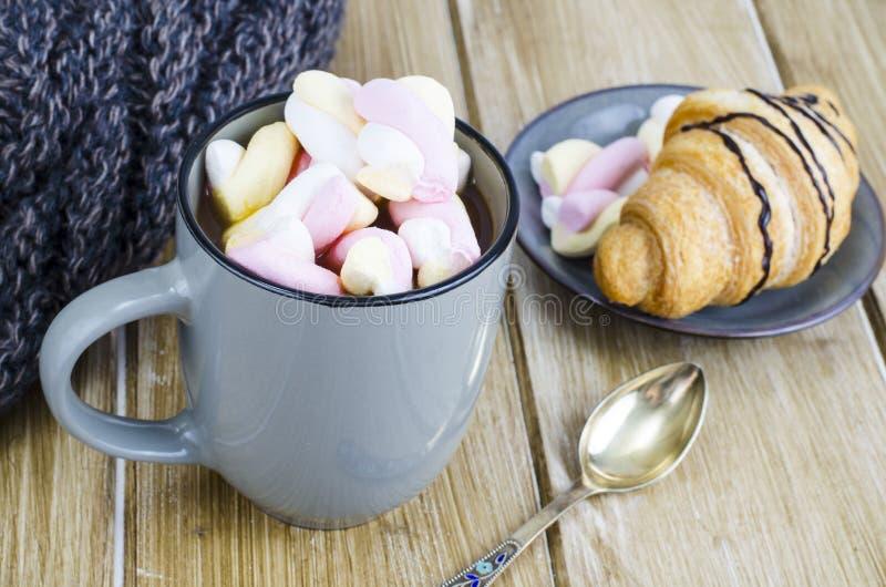 Tasse de cacao chaud avec des guimauves, écharpe chaude de laine, soirée confortable d'hiver image libre de droits