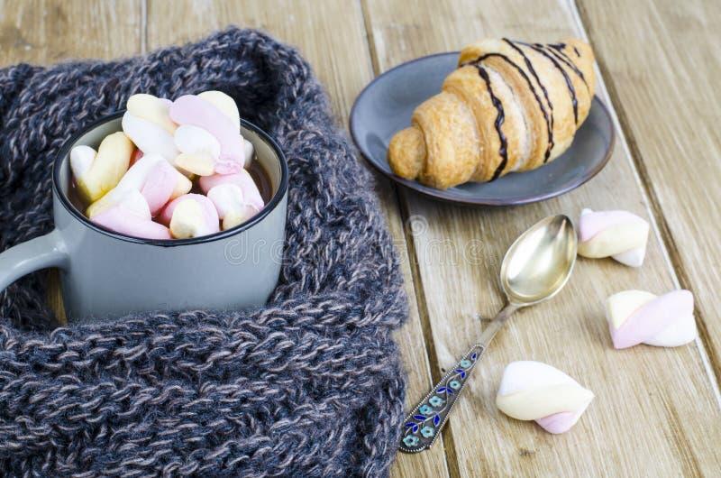Tasse de cacao chaud avec des guimauves, écharpe chaude de laine, soirée confortable d'hiver image stock