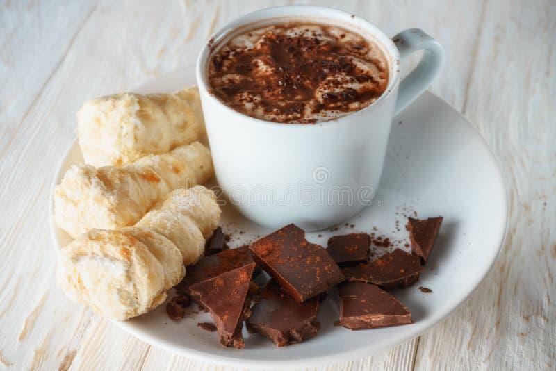 Tasse de cacao et de dessert photos libres de droits