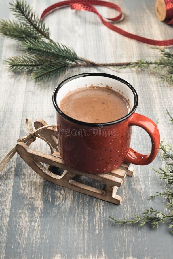 Tasse de cacao sur le fond en bois gris images stock