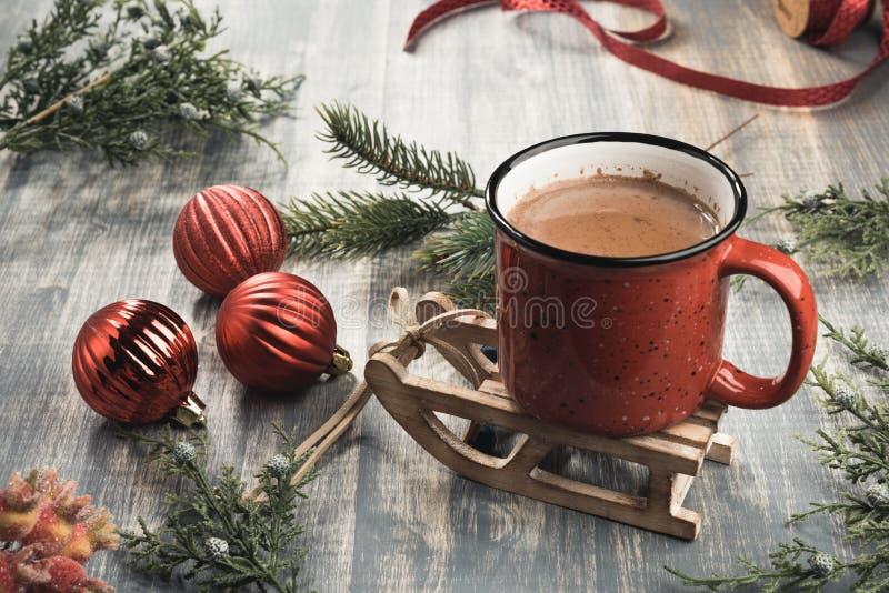 Tasse de cacao sur le fond en bois gris photographie stock