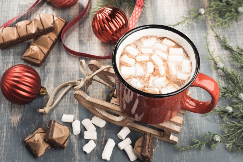 Tasse de cacao sur le fond en bois gris photo libre de droits
