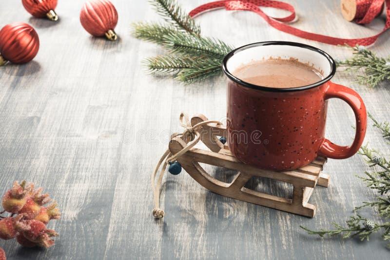 Tasse de cacao sur le fond en bois gris image libre de droits
