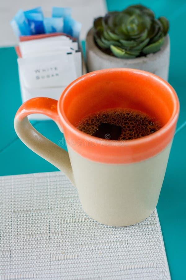 Tasse de café au lieu de travail photographie stock libre de droits