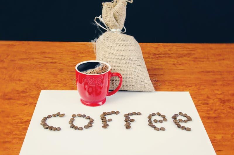 Tasse de café avant l'inscription des grains photographie stock