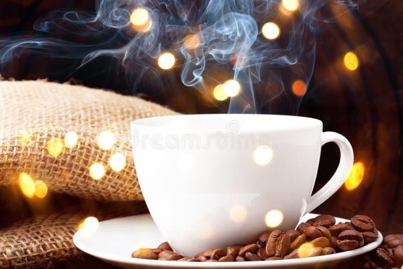 Tasse de café avec de la fumée photographie stock