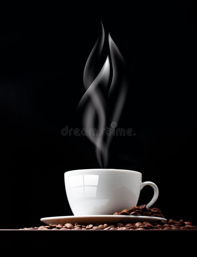 Tasse de café avec de la fumée et le grain images stock