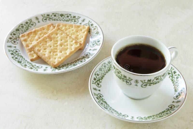Tasse de café avec des biscuits sur la table de marbre photographie stock