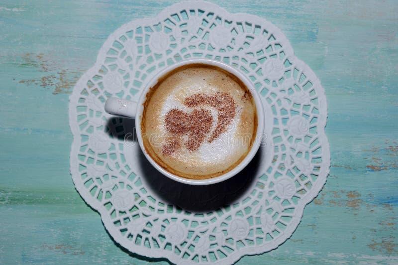 Tasse de café avec des coeurs de cannelle à l'intérieur photos stock